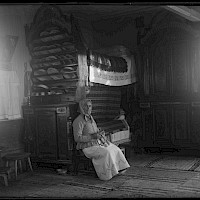 The home of Georg Sand in the village of Björkö. Beautiful tapestries on the walls and hand-painted cabinets. Björkö in 1922.  Photographer: Curt Segerstråle.  Archive collection: The Society of Swedish Literature in Finland (SLS), sls.finna.fi SLS 388_86