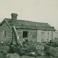 Fisherman's cabin, probably in the Malax–Bergö–Korsnäs archipelago. 1920's–1930's.   Photographer: Eugen Byman.  Archive collection: The Society of Swedish Literature in Finland (SLS), sls.finna.fi ÖTA 35, 5