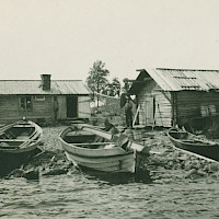 Fisherman's cabin, shed and traditional fishing boats, probably in the Malax–Bergö–Korsnäs archipelago. 1920's–1930's.   Photographer: Eugen Byman.  Archive collection: The Society of Swedish Literature in Finland (SLS), sls.finna.fi ÖTA 35, 6